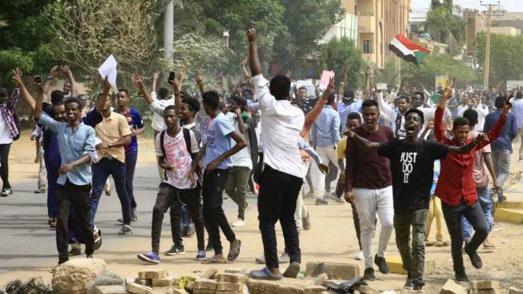 السودان: أول محاكمة من نوعها لمتهمين، يتبعون جهاز الأمن والمخابرات بتهم القتل العمد، وجرائم ضد الإنسانية