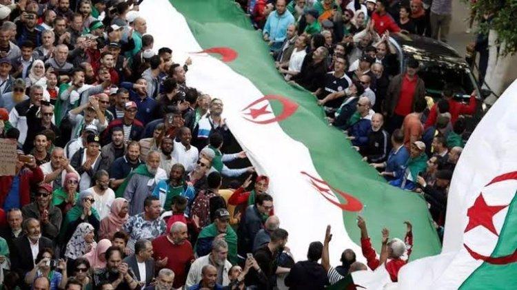 الرئيس الجزائري يوجّه تحذيراً شديد اللهجة إلى الحراك المنظم للمظاهرات