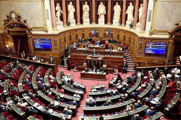 فرنسا تقرّ قانونا يراقب المساجد ويحارب تعدد الزوجات