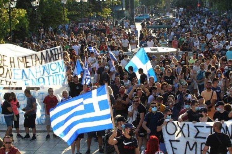 الشرطة اليونانية تشتبك مع متظاهرين يحتجون على إلزامية التطعيم ضد كورونا