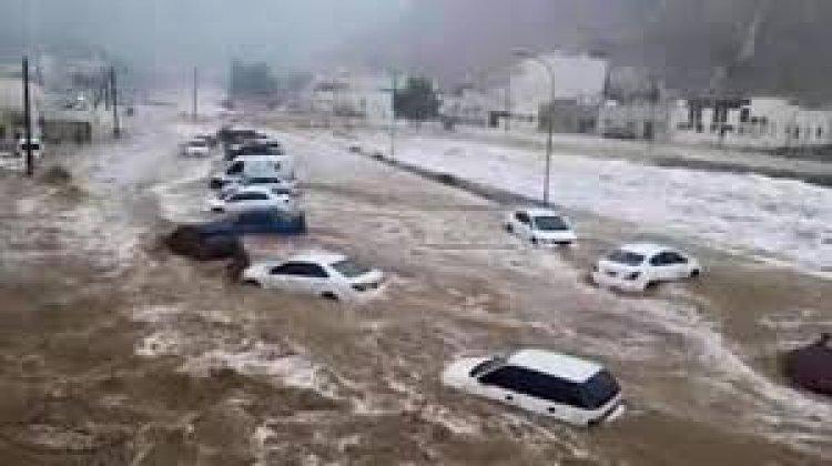 «إعصار شاهين» يغرق الشوارع ويدمر البنية التحتية في أكبر محافظة يمنية